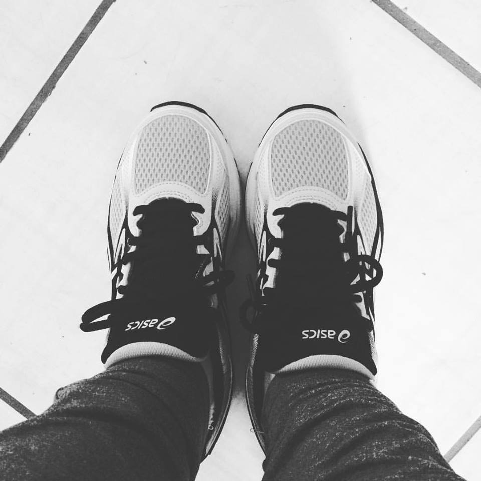 foto em preto e branco de um par de tênis de corrida