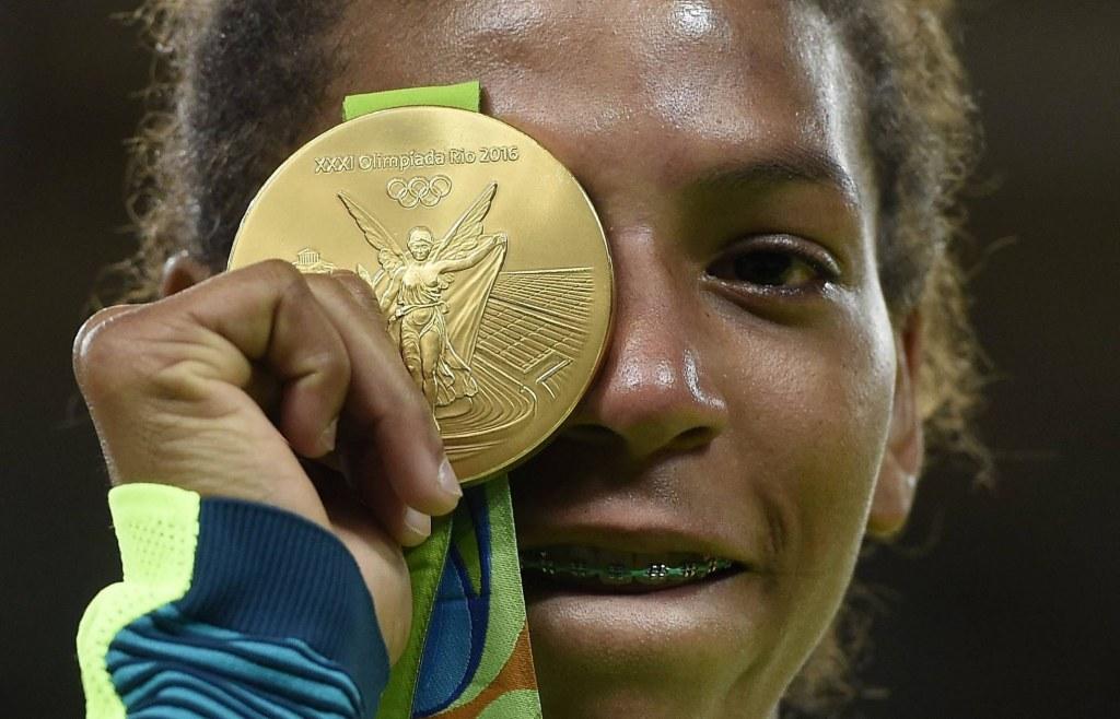 rafaela silva com medalha de ouro