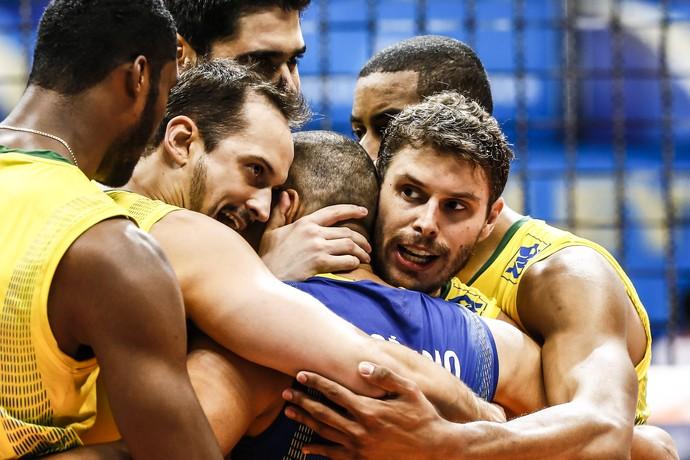 seleção brasileira de vôlei se abraça